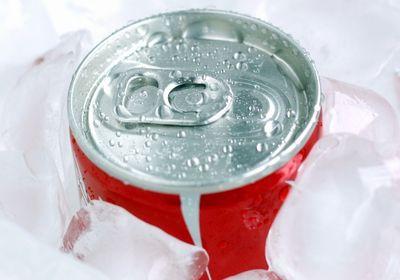 氷で冷やした缶コーラ