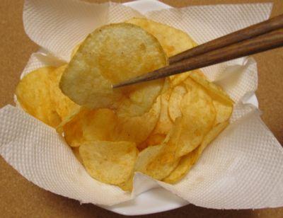 箸でポテチを食べる