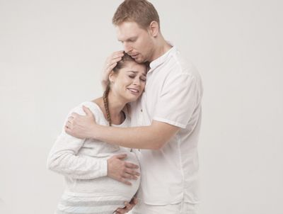お互いの非を認めて仲直りする夫婦