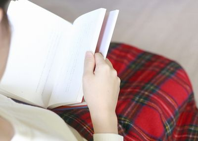 読書中の産後ママ