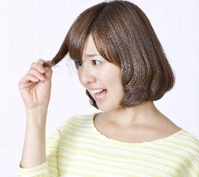 髪の毛のトラブルに悩む女性