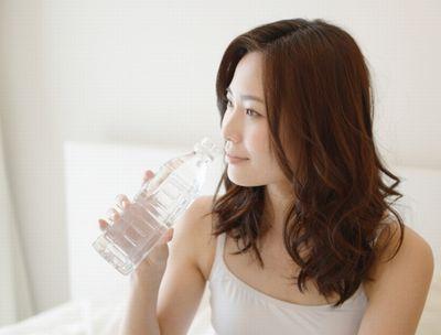 水分補給をする妊婦さん