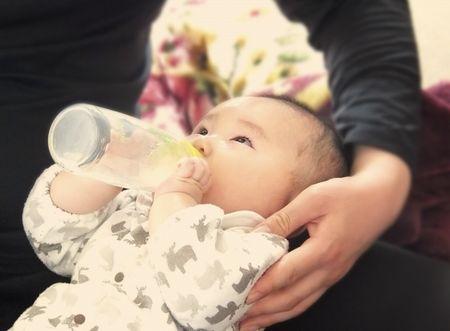 完全ミルク育児のママと赤ちゃん