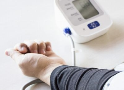 血圧計で血圧を測る妊婦さん