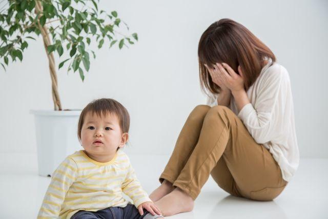 育児にストレスと疲労をためているママ