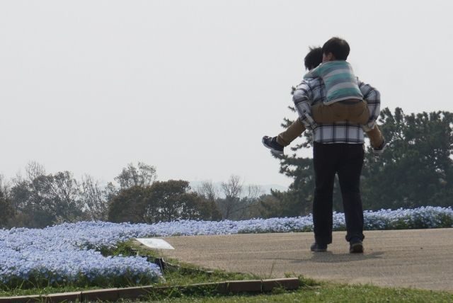 子どもをおんぶして育児に参加するパパ