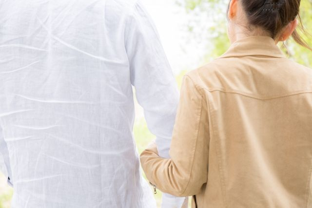 夫婦喧嘩を仲直りして腕を組む