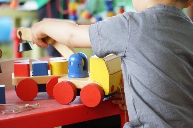 子どもがおもちゃのブロックで遊ぶ様子