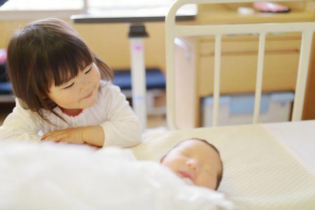 赤ちゃんが生まれて喜ぶママとお姉ちゃん