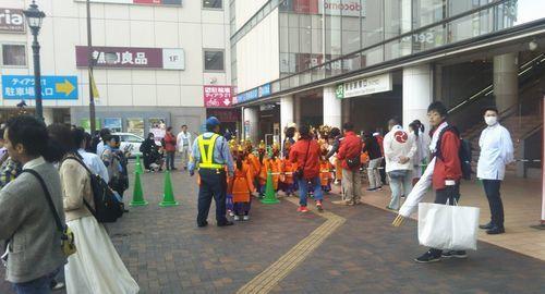 子供たちが踊りの前に並んでいるところ