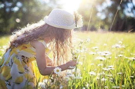 広場で花を摘む少女