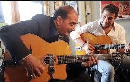 チャボロシュミットがギターを弾いている