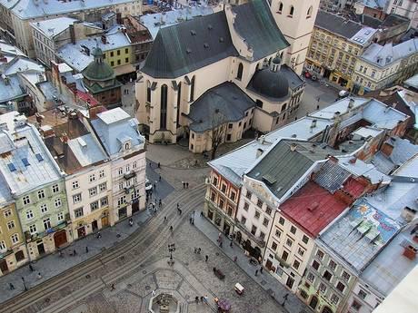 ウクライナのリヴィブの旧市街 路上演奏