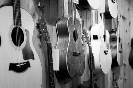 ギターを楽器屋で買うメリット・デメリット