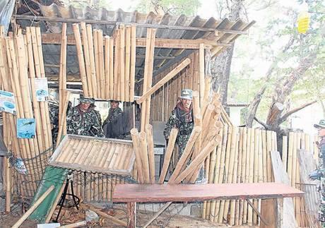 軍隊が市民を強制退去する為に建物を壊している