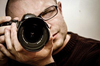 写真屋でパスポートの証明写真を撮る