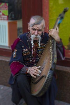 ウクライナのリヴィブのストリートミュージシャン・バンドゥーラを弾いている様子