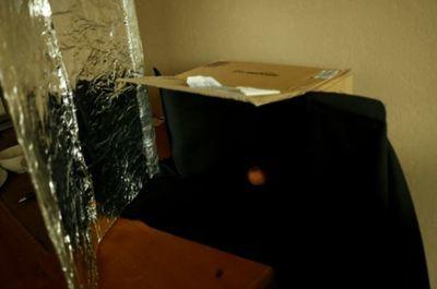 手作りスタジオで手作りレフ板を使った一眼レフ撮影風景