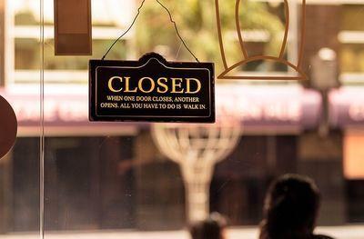 夏のパリはゴーストタウン。多くのビジネスが閉まっている