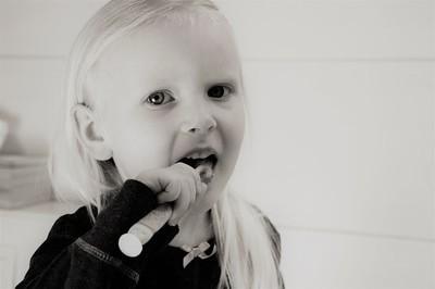 子供が歯磨きしている様子