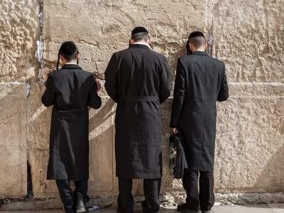 ユダヤ人が嘆きの壁で祈っている