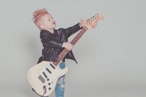 子供がギターを弾く写真