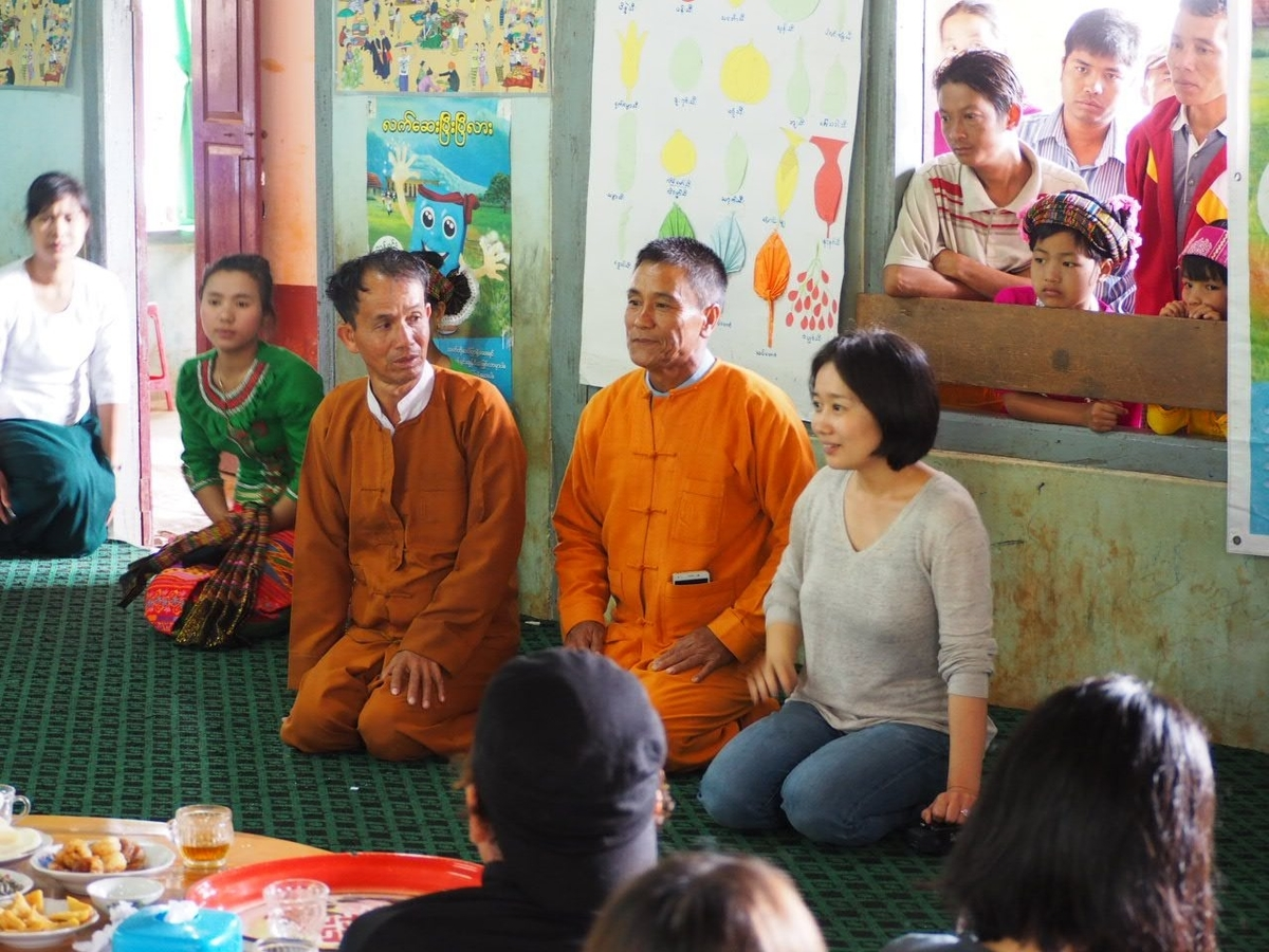 村の人と座って会話している写真