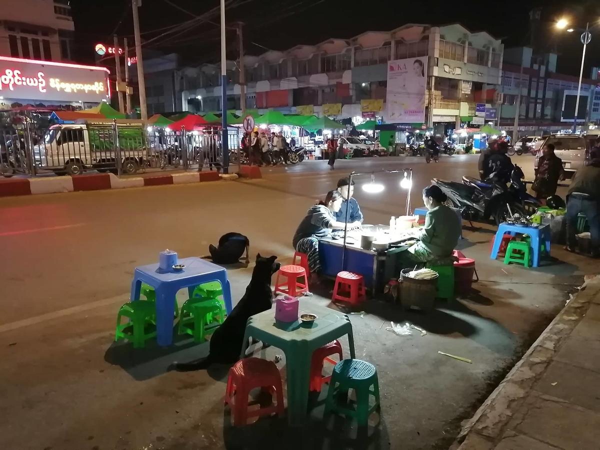 ミャンマーの路上屋台の写真