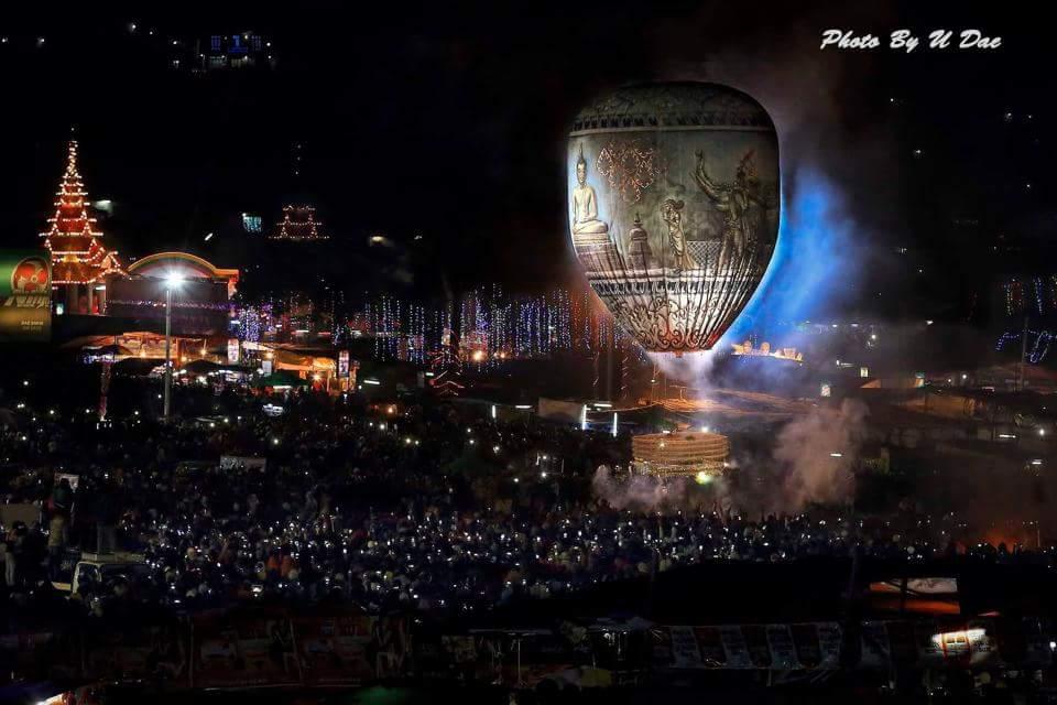 夜に気球があがる幻想的な写真