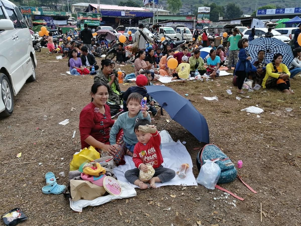 地面にござを敷いて座っている子どもたちの写真