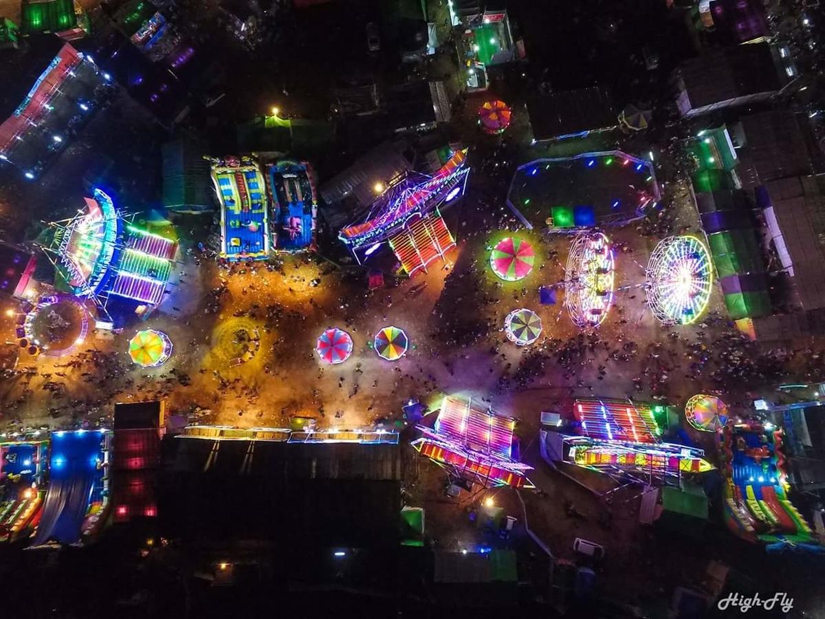 夜、ライトアップされた遊園地をドローンで撮影した写真