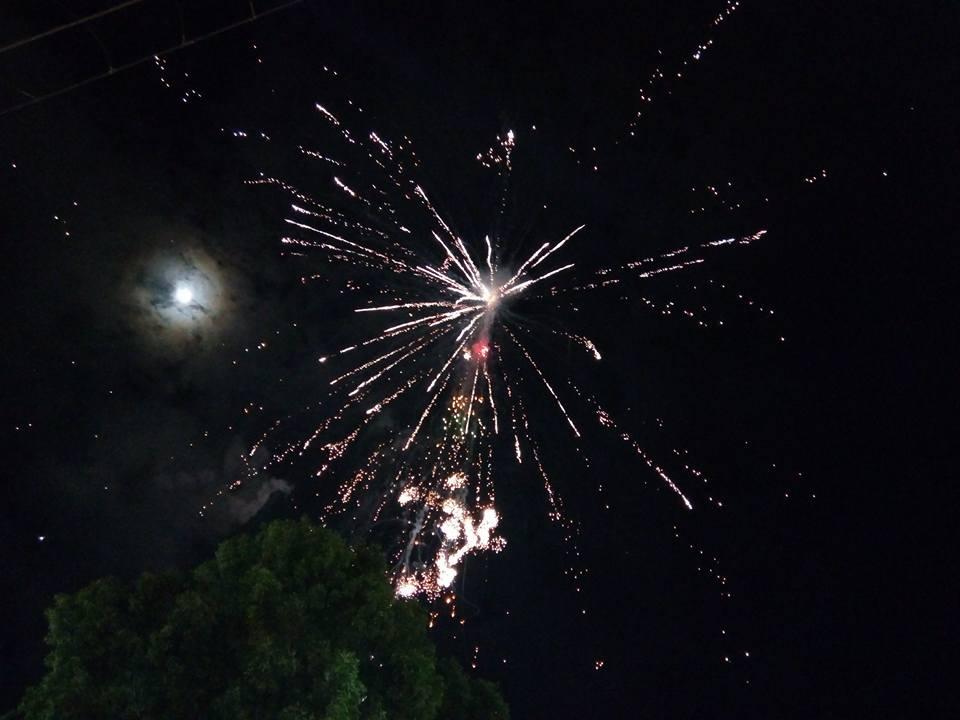夜、気球から花火が噴出している写真