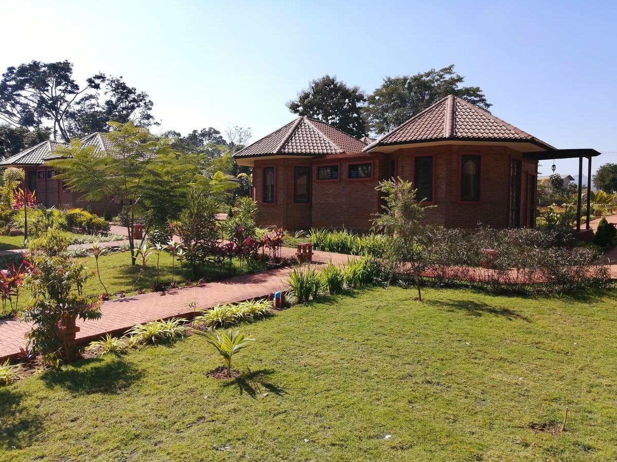 コテージタイプの客室と庭