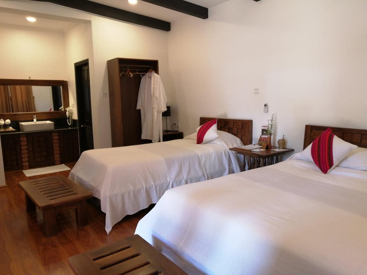 ダブルベッドとシングルベッドがある部屋の写真