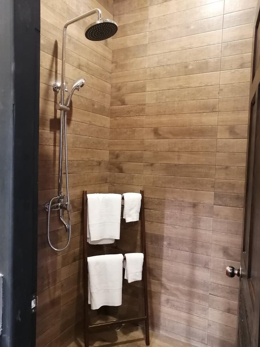シャワールームにタオルが置いてある写真