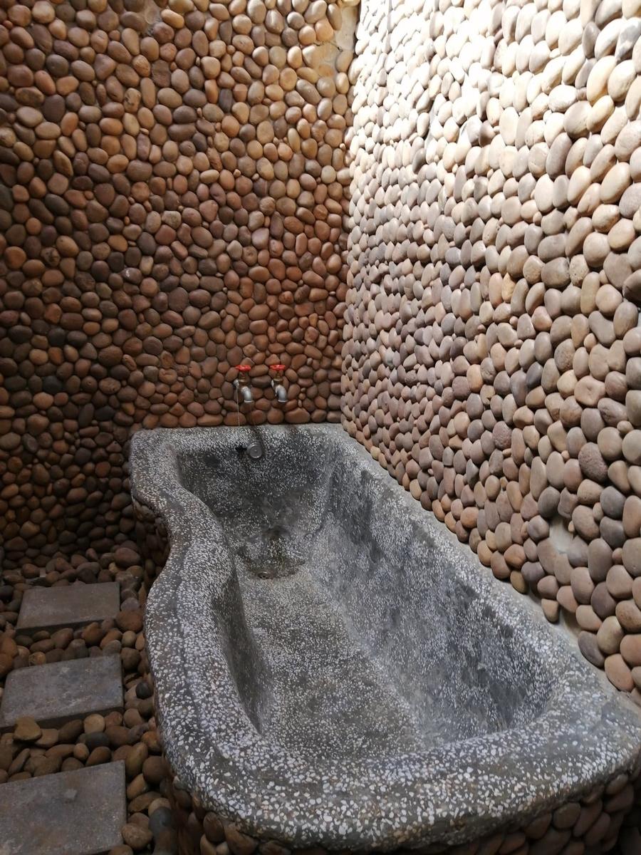 石で造られた湯船の写真
