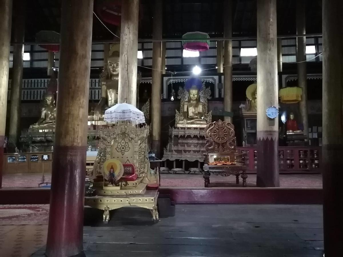 僧院の中の仏像の写真