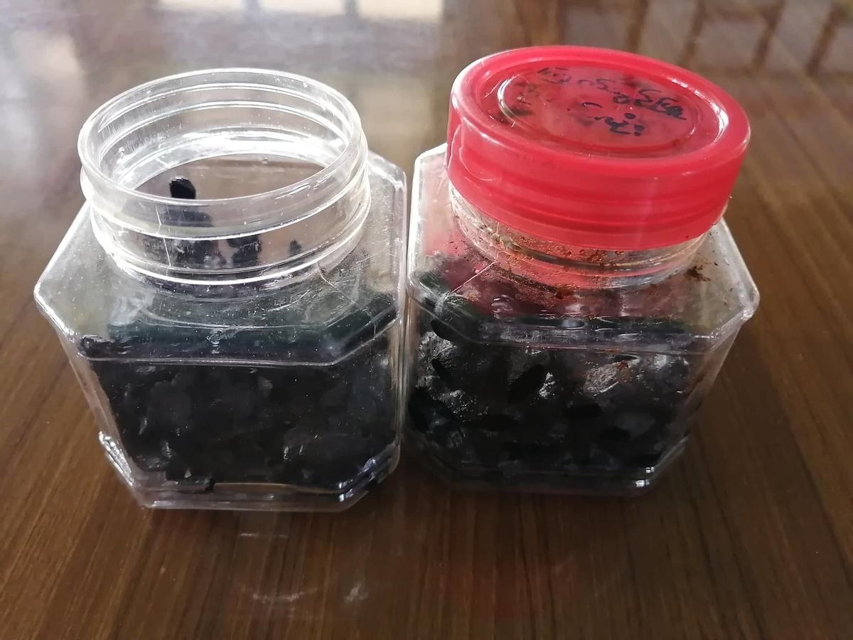 プラスチック容器2つの中に、黒ニンニクが入っている