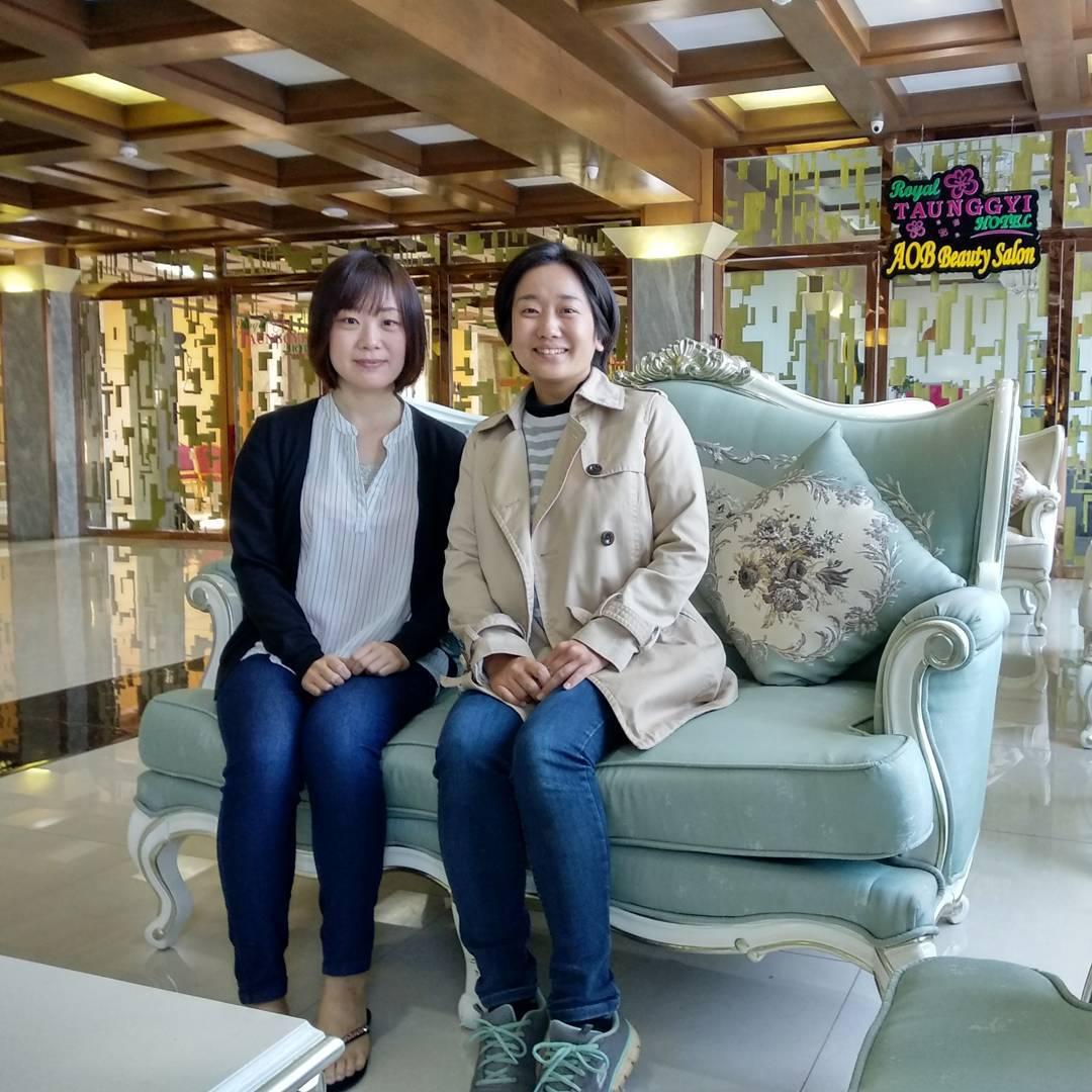 ソファーに座る女性2人