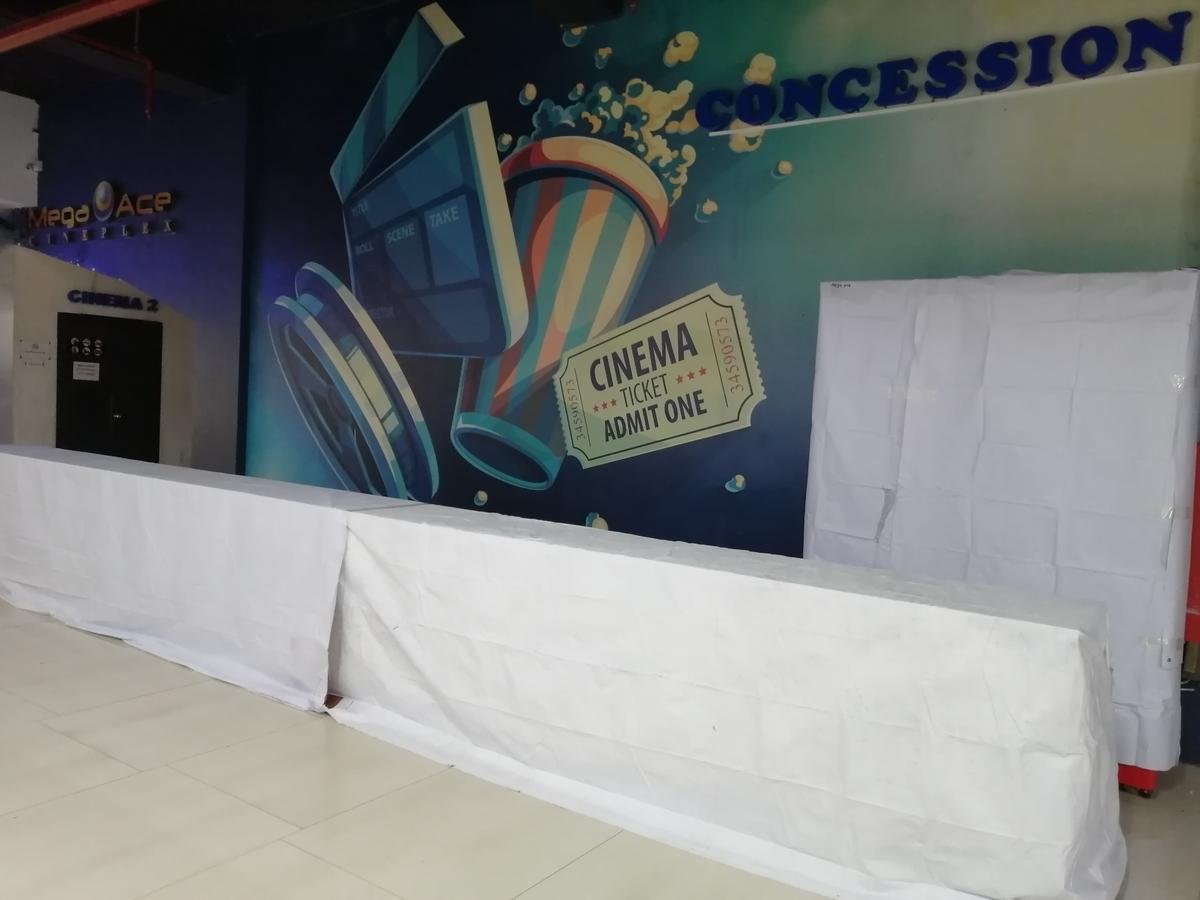 映画館の売店のショーケースに白い布がかかっている無人の写真