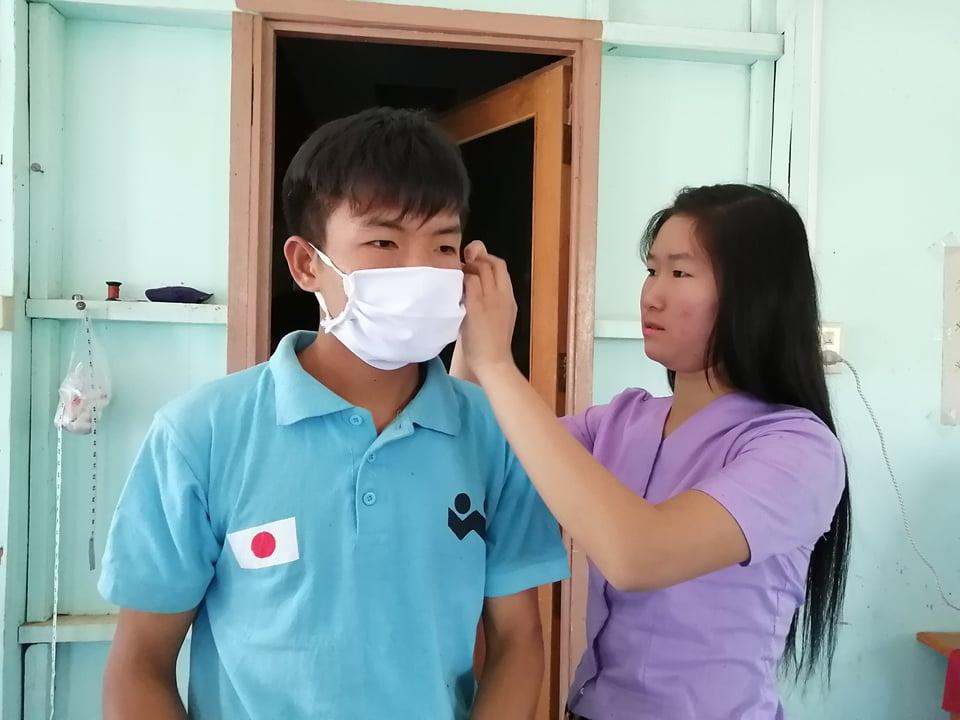 手作りの布マスクを装着している男女