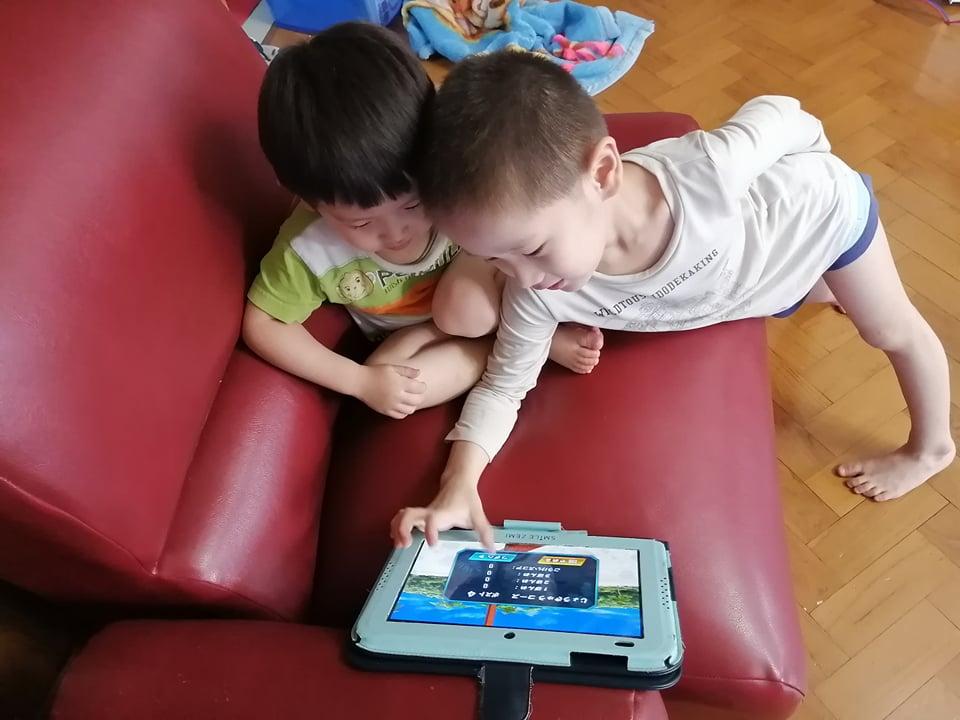 タブレットを熱心に見る二人の幼児