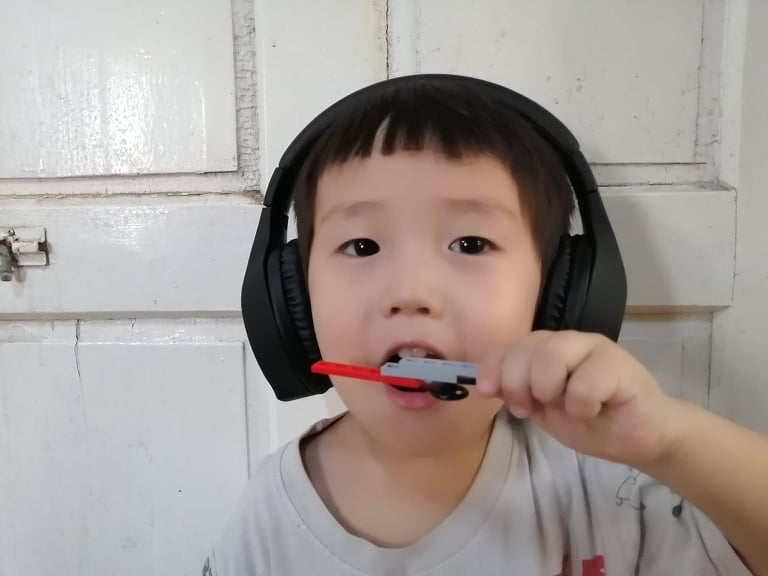 ヘッドセットをつけた男児
