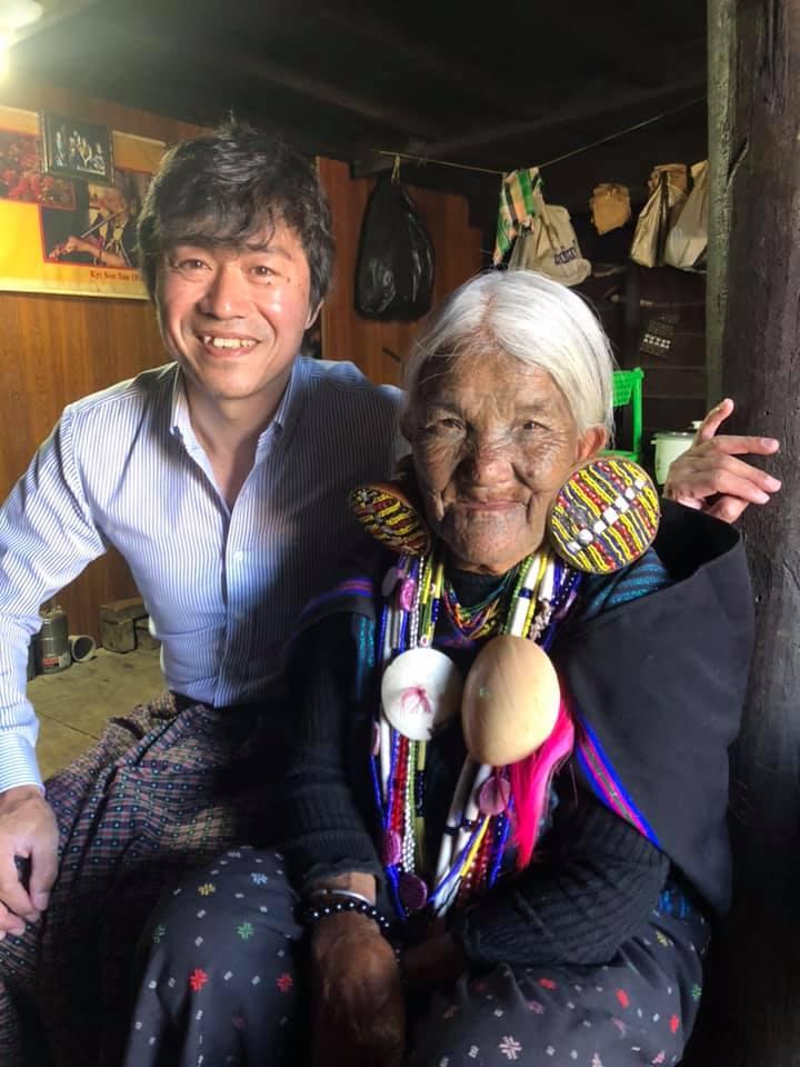 顔に入れ墨を入れたチン族のおばあちゃんと日本人男性