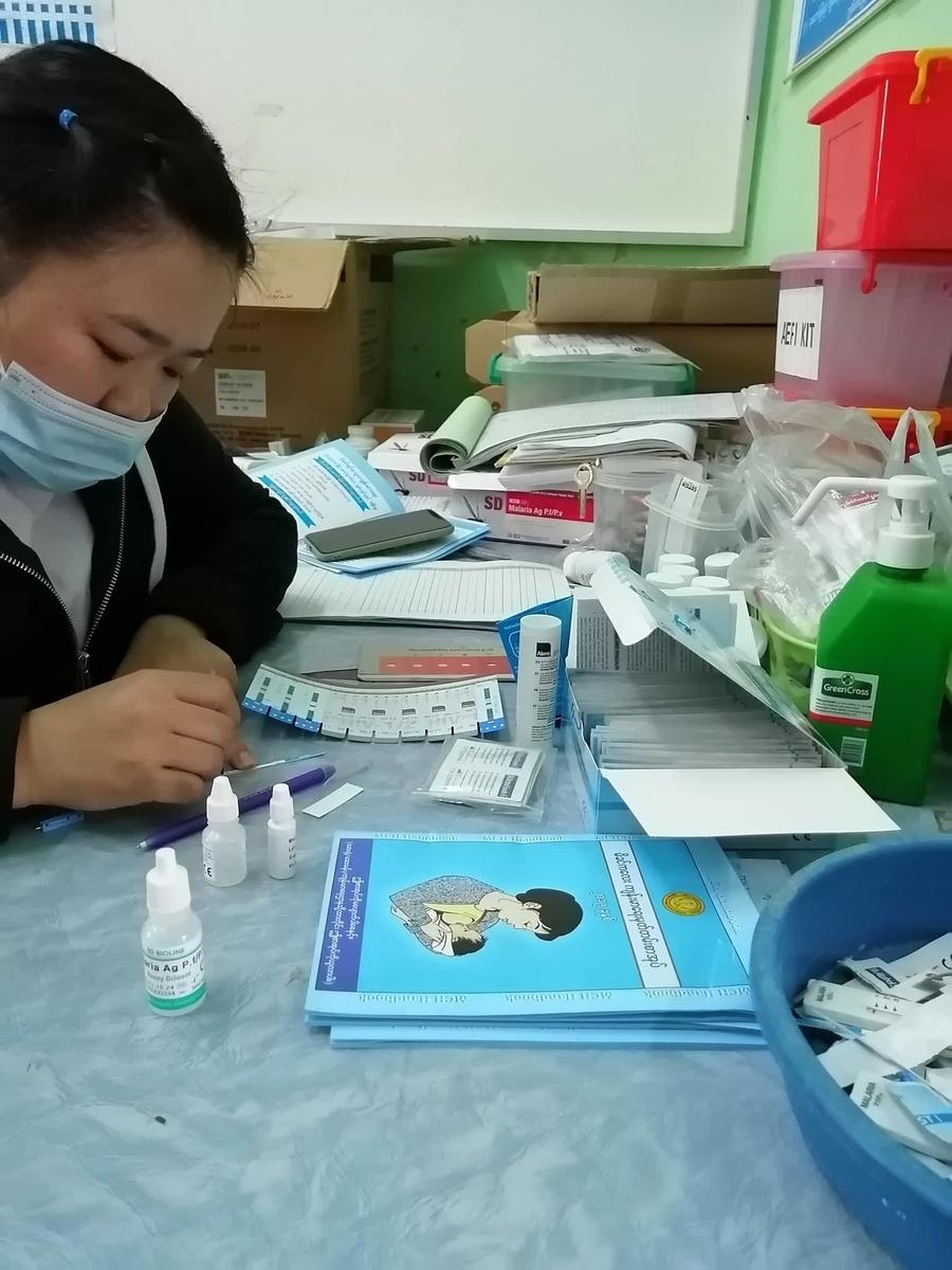 血液検査をする看護師