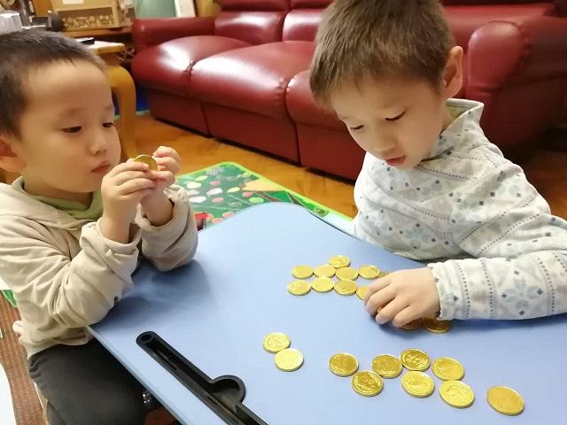 コインチョコを数える子供2人