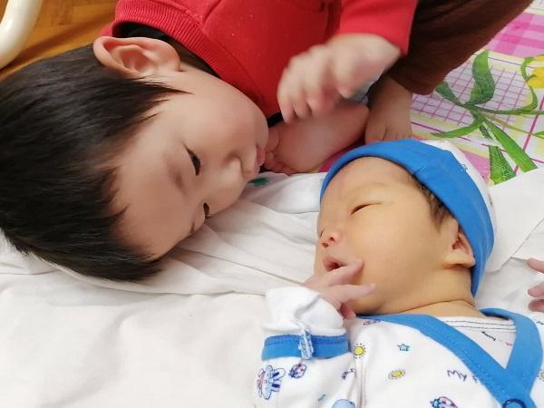 新生児と4歳児