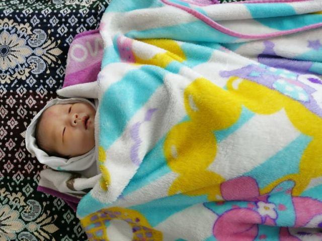 寝てる新生児