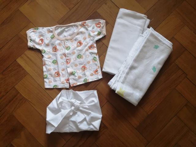 新生児に着せる服とおくるみ