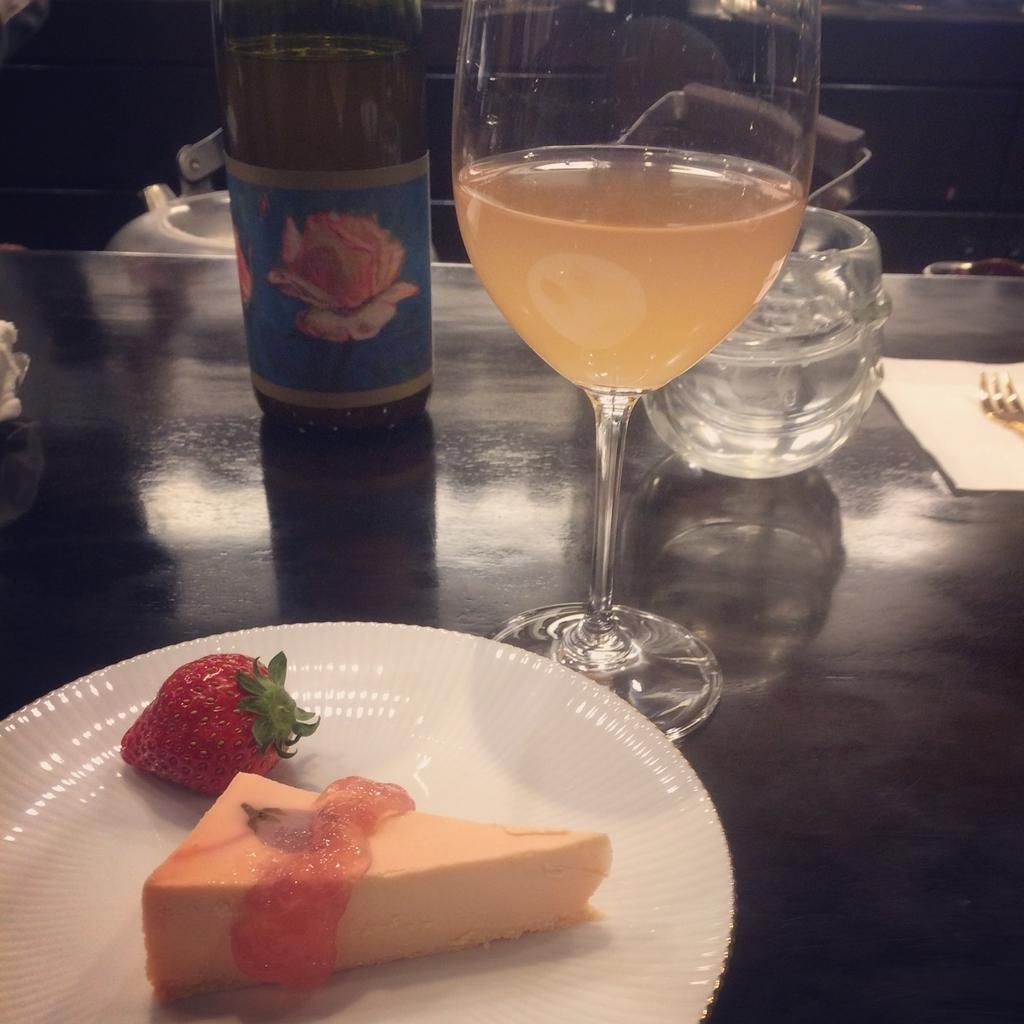 白ワインとレアチーズケーキのイメージ